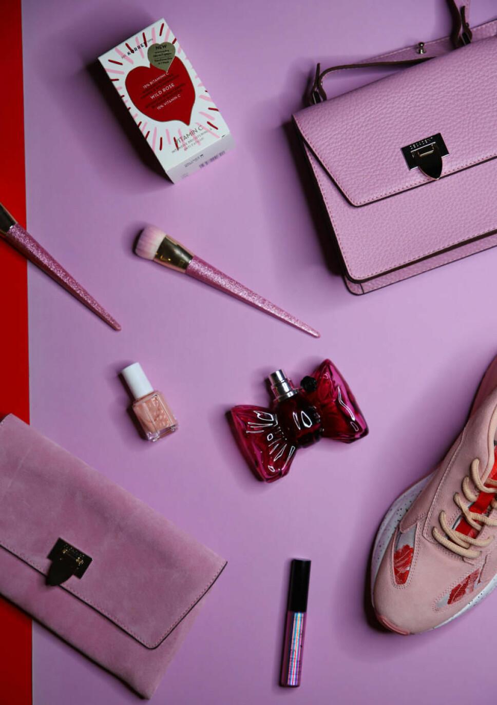 1. Wild Rose serum fra Korres, kr 119. 2. Veske fra Decdent, kr 3700. 3. Koster fra Real Technique, kr 299 (per sett). 4. Muchi Muchi neglelakk fra Essie, kr 129. 5. Bonbon-parfyme fra Victor og Rolf, kr 820 (50ml)..  6. Veske fra Decadent, kr 2200. 7. Lipgloss fra The Body Shop, kr 139. 8. Sko fra Bianco, kr 749.