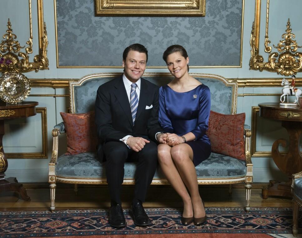 STRÅLTE: På de offisielle forlovelsesbildene tatt på Stockholms slott 24. februar 2009 er det ingen tvil om at Daniel og Victoria er stormforelsket i hverandre.