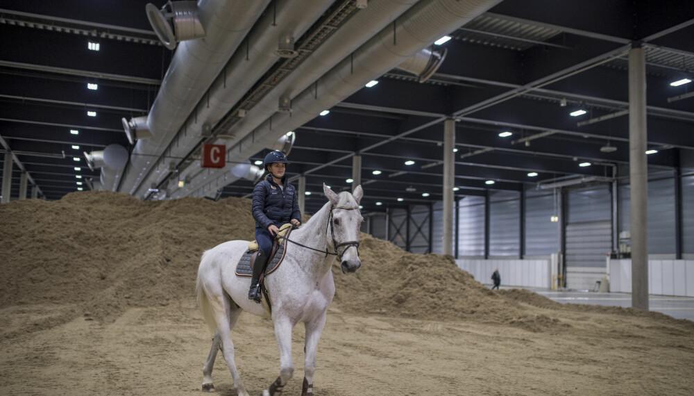 Ingrid fikk låne en hest for å vise sine ferdigheter.