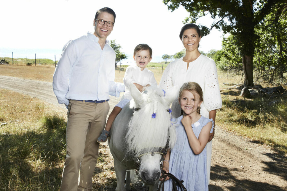 HELE FAMILIEN: Victoria og Daniel sammen med barna Estelle og prins Oscar.