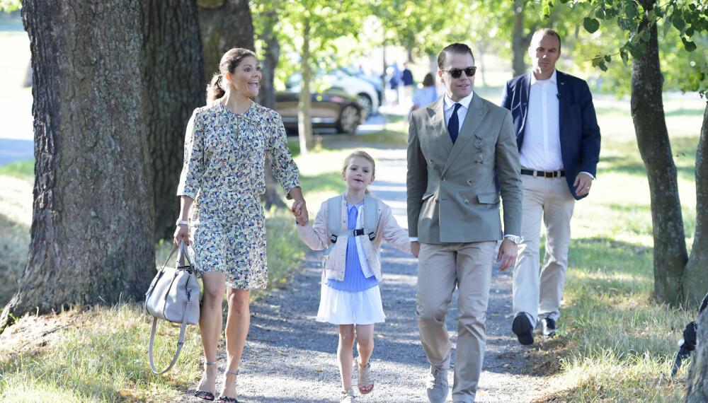 SKOLEJENTE: Victoria og Daniel med datteren Estelle på hennes første skoledag.