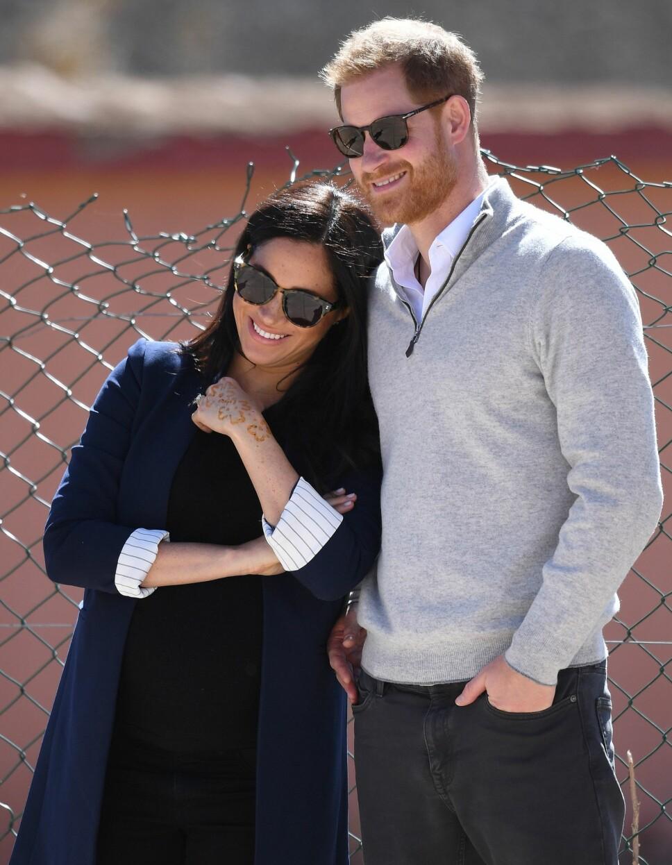 FORELSKET: Hertuginne Meghan og prins Harry stråler av lykke. Under det offisielle besøket i Marokko viste de sin kjærlighet ved en rekke anledninger.
