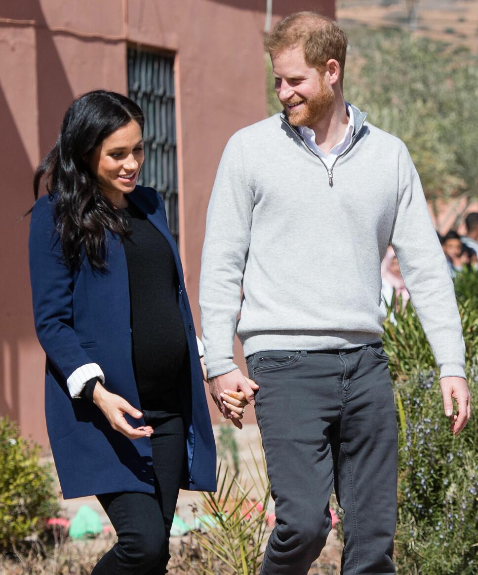 OMSORGSFULL: Prins Harry passer svært godt på sin gravide kone og holder henne trygt i hånden hvor enn de går.
