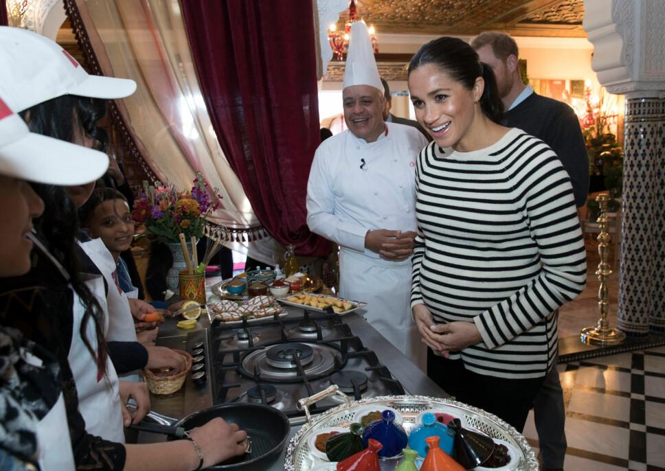 POPULÆRE: Det var mange barn som fikk hilse på hertugparet under det offisielle besøket. Her besøker de en kokkeskole for fattige barn. Både Meghan og Harry så ut til å storkose seg i barnas selskap.