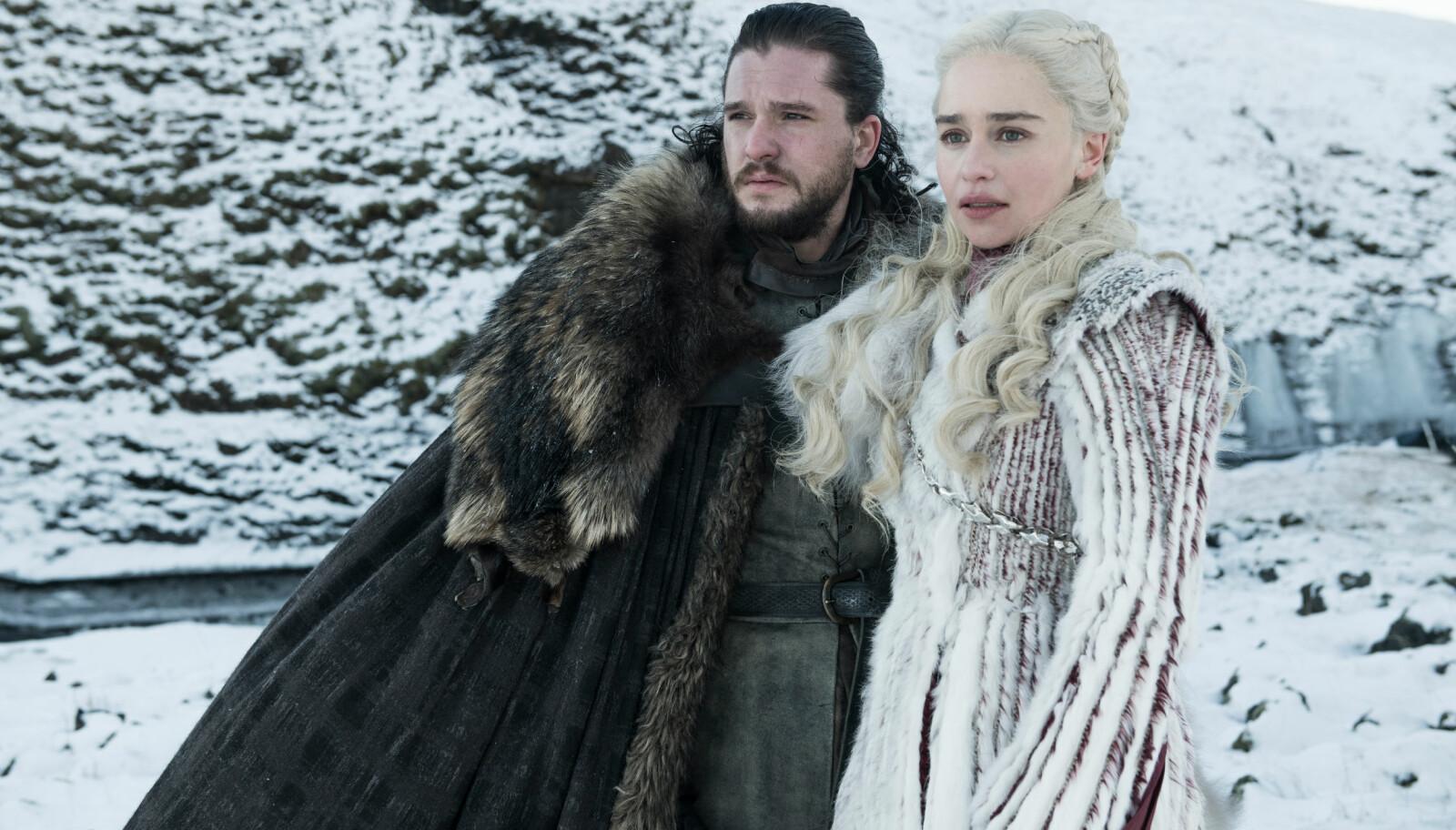 SNART TILBAKE PÅ SKJERMEN: Kit Harington i rollen som Jon Snow og Emilia Clarke som Daenerys Targaryen på et av de første bildene fra sesong åtte av «Game of Thrones».