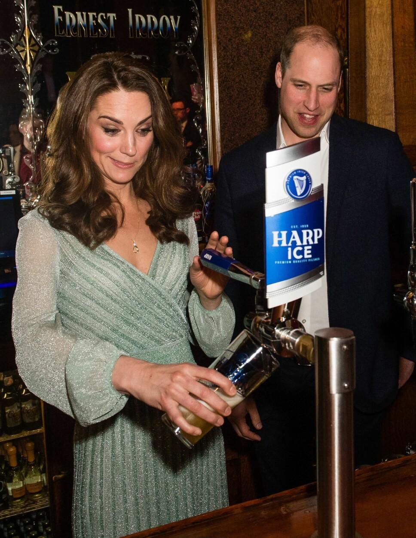 KLARTE SEG BRA: Hertuginne Kate fikk prøve seg på noe vi tror hun ikke har gjort så mye tidligere - nemlig tappe øl. Hertuginnen så ut til å ha full styring.