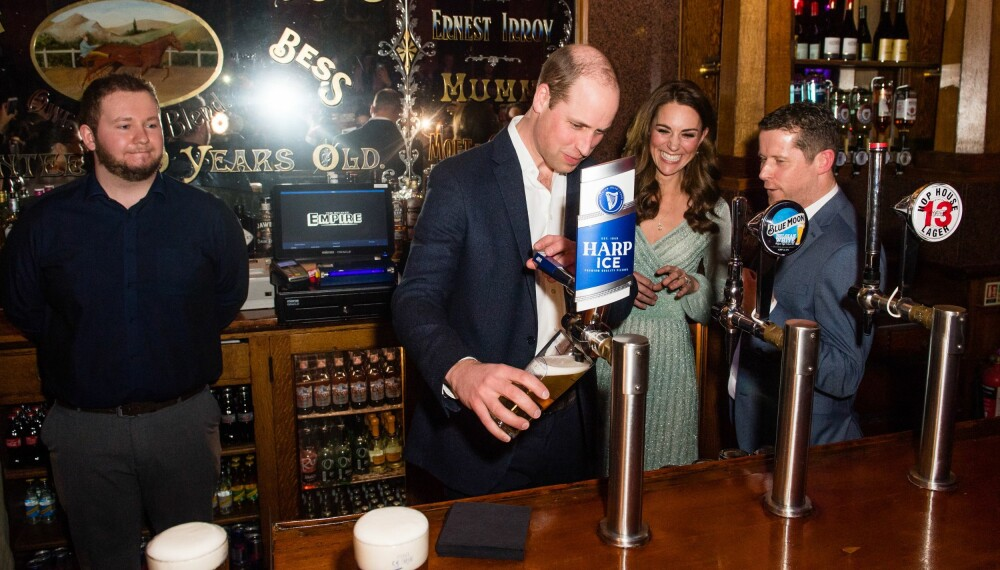 FULL KONTROLL: Prins William hadde teken på øltappingen.