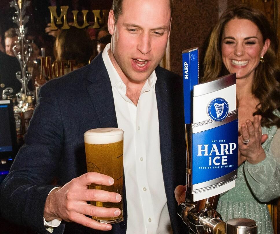 EN PINT, TAKK: Prins William med en ferdigtappet pint i hånden.