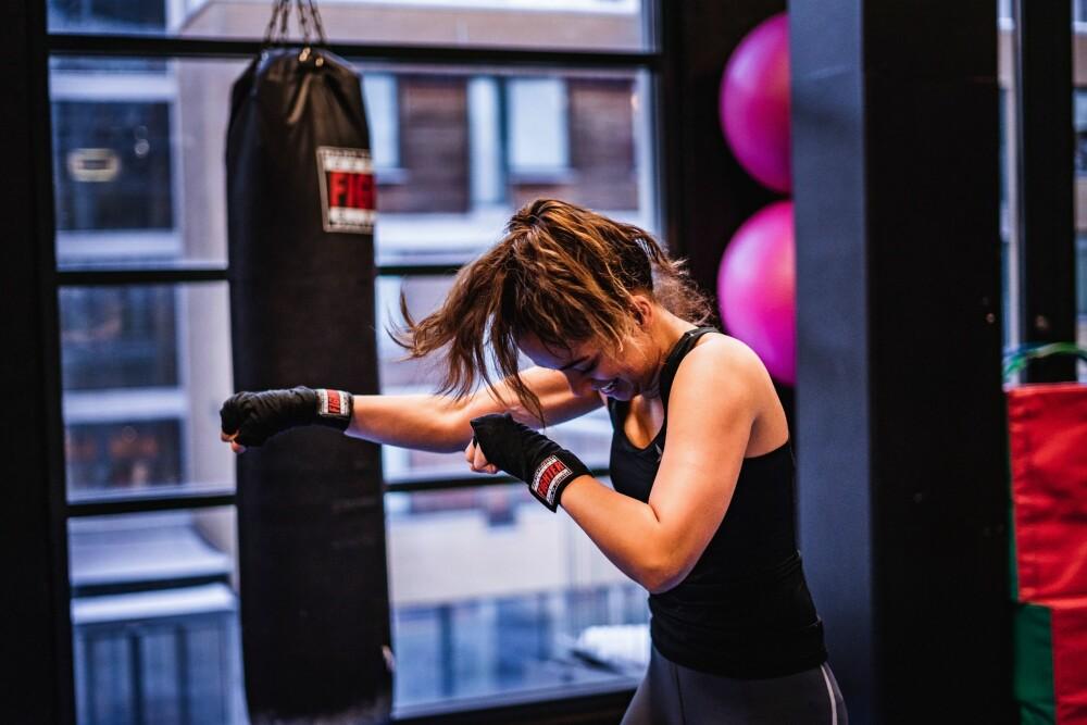 Gita Simonsen har testet ut kickboksing for første gang, og fant ut at det ganske så gøy og overraskende utfordrende.