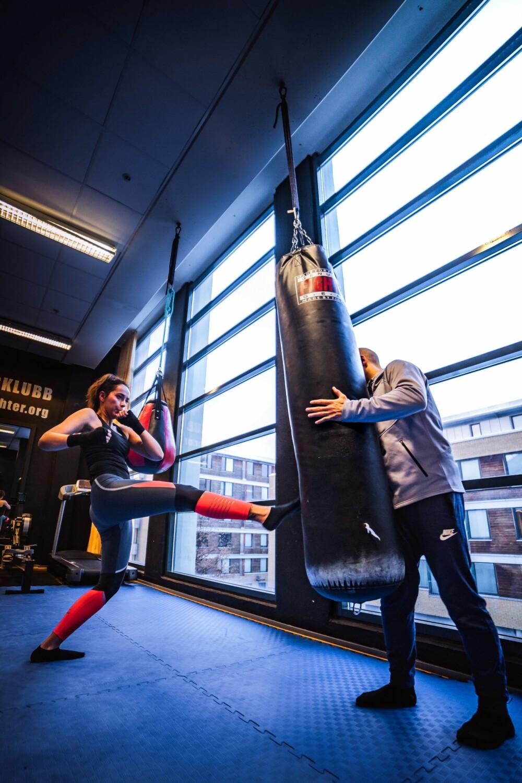 Gita har testet ut kickboksing med tidligere norgesmester Henry McPherson som PT.