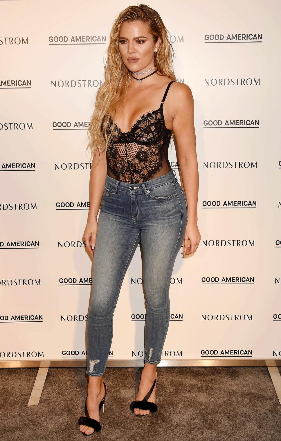 I HARDT VÆR: Khloe Kardashian kom i skade for å kalle en fan «søt» for å spare til et par jeans fra merket henens. Det falt ikke i god jord på Twitter. Her er hun ikledd jeans fra eget merke.