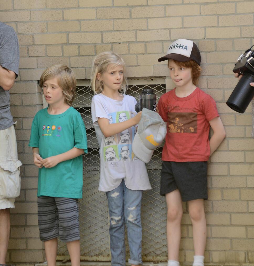 BARNA: Her er Henry, Hazel og Finn på settet hvor Julia spilte inn en film sommeren 2013.