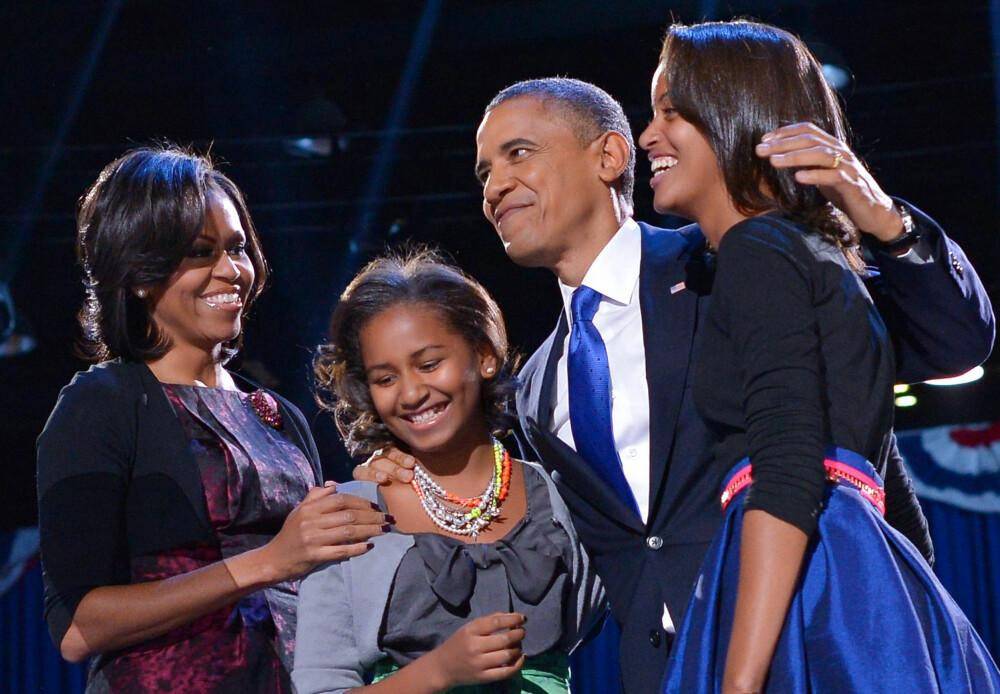 MED DØTRENE: Sasha og Malia var små da pappa ble president. Nå går yngstemann siste året på videregående, mens Malia studerer ved Harvard, samme sted som foreldrene gikk. Her er de avbildet 6. november 2012, den kvelden Obama vant valget før sin andre presidentperiode.