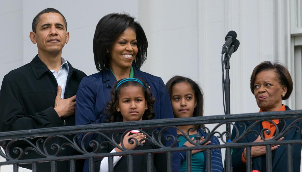Barack Obama, Michelle Obama og døtrene Sasha og Malia sammen med Michelles mor, Marian Robinson under Det hvite hus' påskeeggrulling i 2009. Michelles mor ble med på flyttelasset da Barack ble valgt til president.