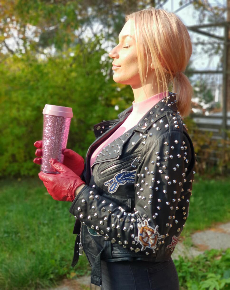 BRUKES OM IGJEN: Glitterkoppen kan brukes igjen og igjen, i stedet for å velge pappkrus når du kjøper takeaway-kaffe.