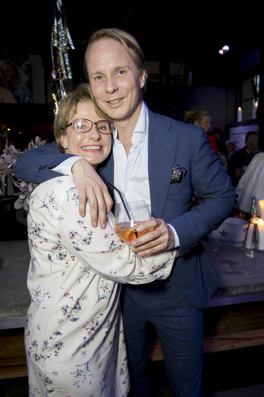 STOLT MOR: Petters mor, Wenche Pilgaard Mark, var en av mange som hadde tatt turen for å heie på det forelskede paret.