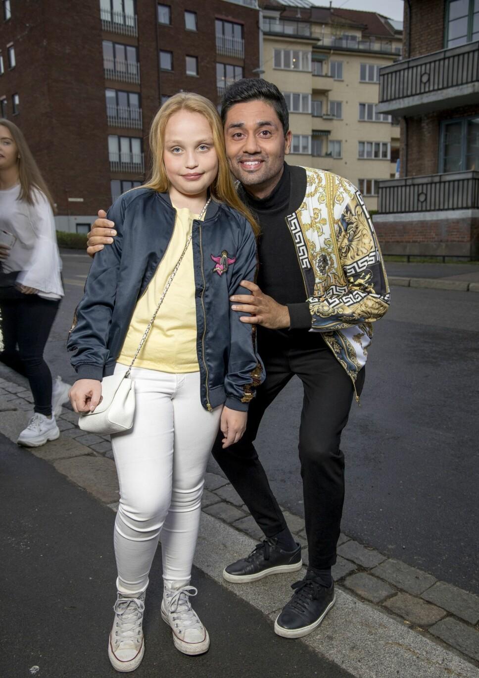 UNG FAN: NRK-profil Noman Mubashir kom på premieren sammen med bonusdatteren Isabel (10). – Hun er veldig stor fan av serien, så nå fikk hun bli med på sin første premierefest, sier Noman.