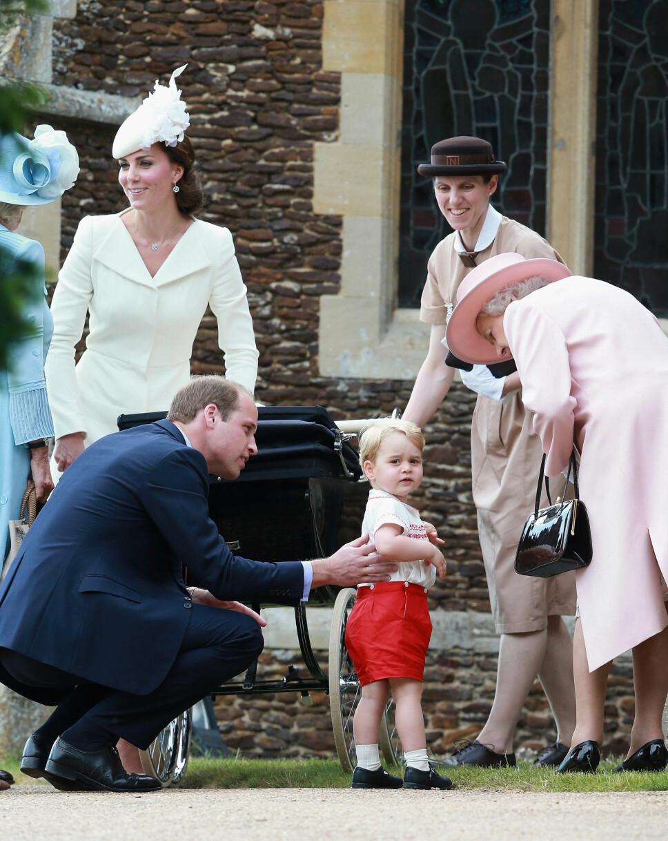GOD HJELP: Kate, William og lille prins George sammen med barnepiken Maria Teresa Turrion Borralo og dronning Elizabeth under dåpen til prinsesse Charlotte i 2015. Det er antatt at også Meghan og Harry vil få hjelp av en barnepike.