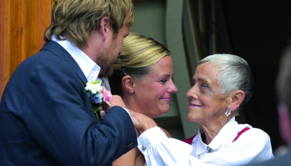 OVERVELDET: Kloppen er rørt over alle de gode tilbakemeldingene hun har fått etter «Det jeg ikke fikk sagt». Her gratuleres hun av moren da hun giftet seg med Kjartan Brügger Bjånesøy i 2005.