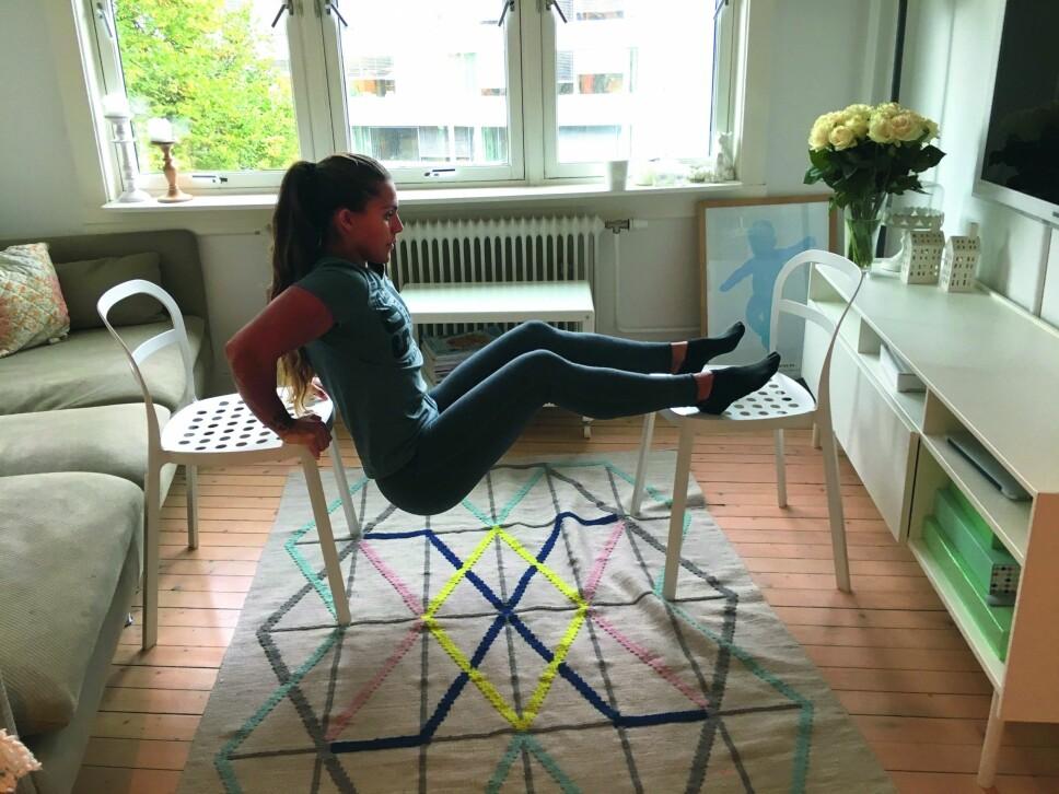DIPS: Denne øvelsen er effektiv på overarmene. Er det for tungt med to stoler, setter du beina i gulvet.