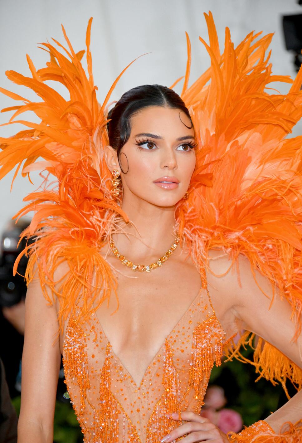 NATURLIG: Kendall Jenner på den røde løperen under Met-gallaen tidligere 2019. Supermodellen gikk for en naturlig makeuplook med masse glød, lepper i nudetoner og lite øyeskygge. Hun lot i stedet øyevippene få oppmerksomheten.