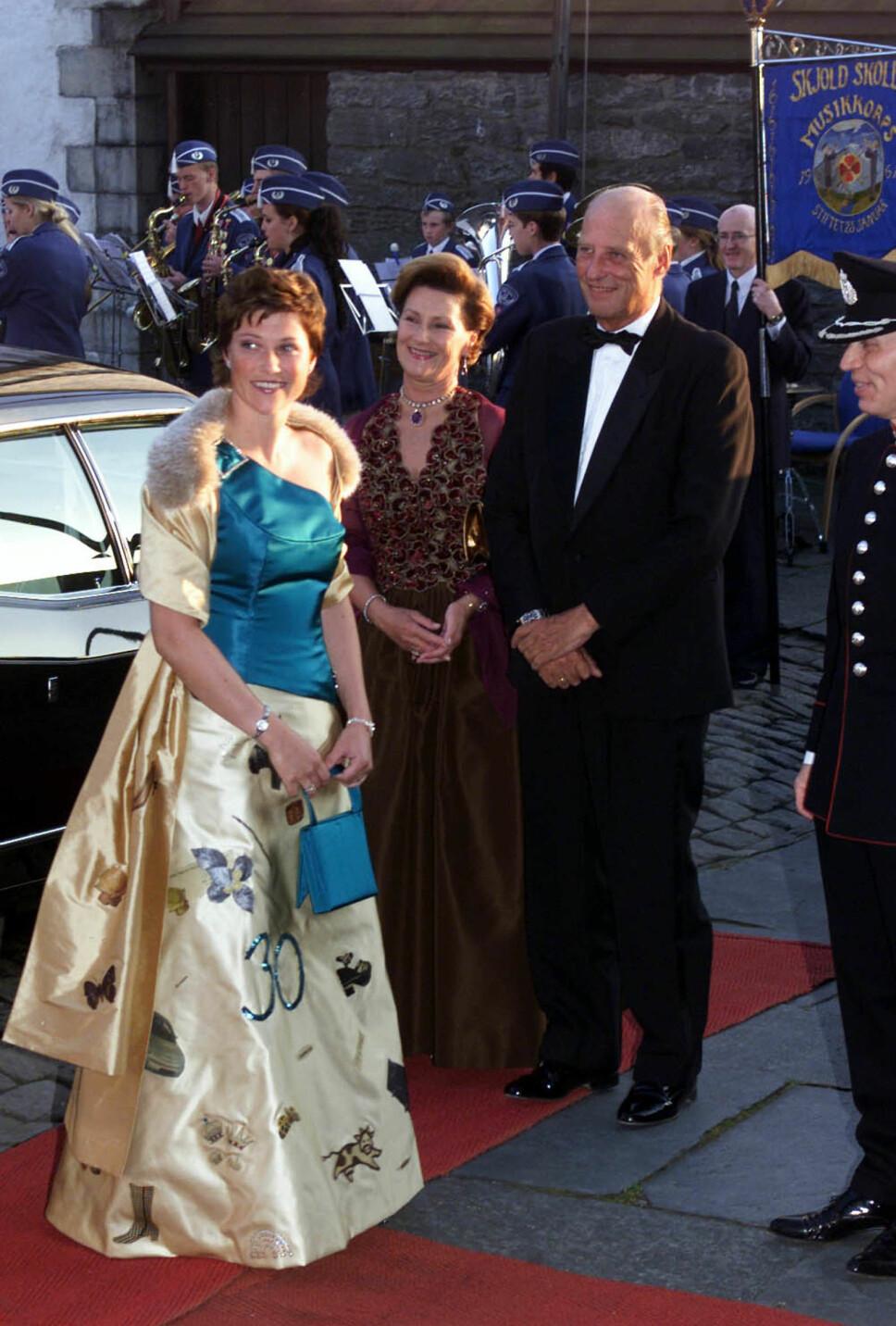OMDISKUTERT: Da kronprinsessen fylte 30 år, stilte hun i kjole designet av Wenche Lyche med spesielle symboler. Mange trodde den røde og gule terningen med seks prikker var en hilsen til Ari, men det stemte ikke. Hilsenen til han var en svart biljardkule.