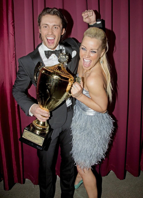 PÅ PARKETTEN: Hanne har deltatt i en rekke musikk- og TV-serier, og i 2012 vant hun «Skal vi danse». Her med pokal og dansepartner Egor <br>Filipenko.