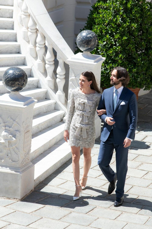 I VIELSEN: Charlotte Casiraghi og Dimitri Rassam i forbindelse med vielsen sin. Charlotte Casiraghi bærer en brokadekjole som tydelig er inspirert av kjolen mormoren fyrstinne Grace bar i sitt eget bryllup.