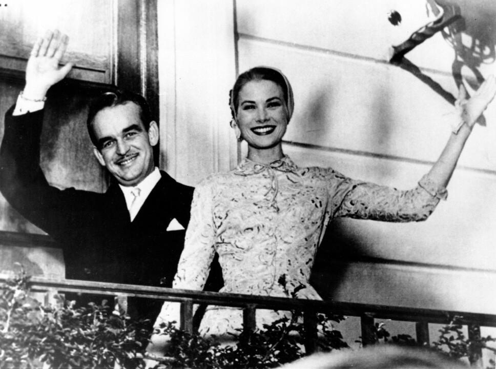 <b>NYDELIGE:</b> Fyrst Rainier III og fyrstinne Grace vinker fra balkongen da de giftet seg 18. april 1956. Filmstjernen er ikledd en nydelig brokadekjole som til forveksling ligner på den barnebarnet Charlotte Casiraghi valgte i sin egen vielse.