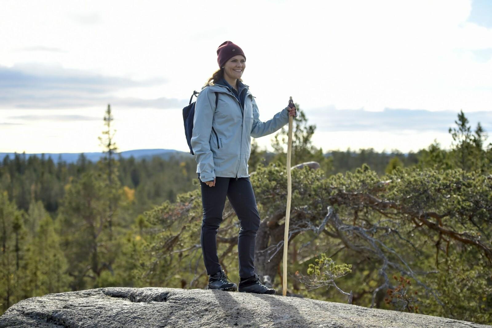 TURGLAD: Kronprinsesse Victoria går ofte på tur. Her er hun på en av sine landskapsvandringer i Sverige.
