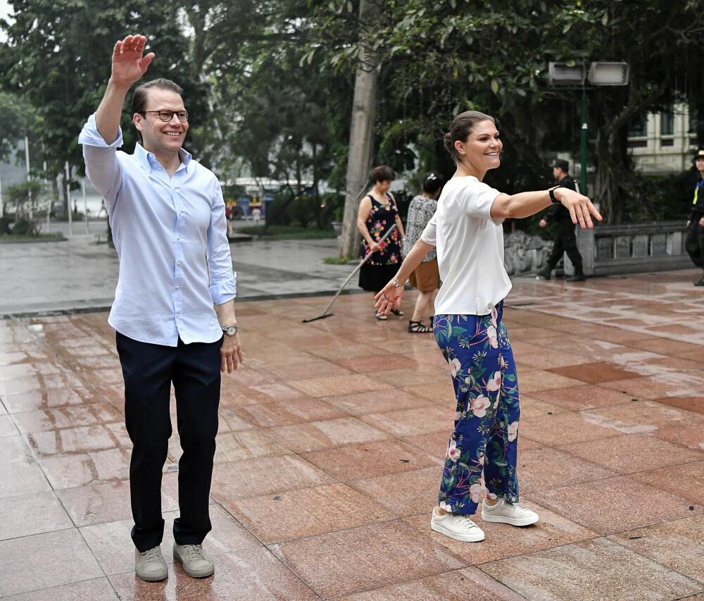 MORGENGYMNASTIKK: Selv på reise tar paret seg tid til trening, her i Vietnam i mai.