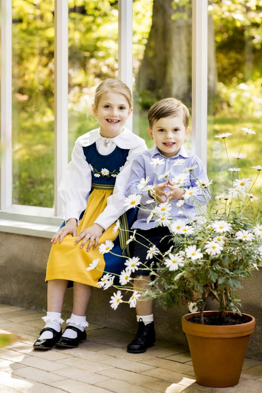 Estelle og prins Oscar feirer den svenske nasjonaldagen. Estelle er ikledd