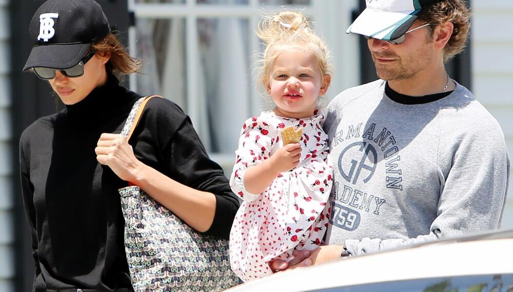 MED DATTEREN: Bradley Cooper og Irina Shayk på tur med datteren Lea De Seine.