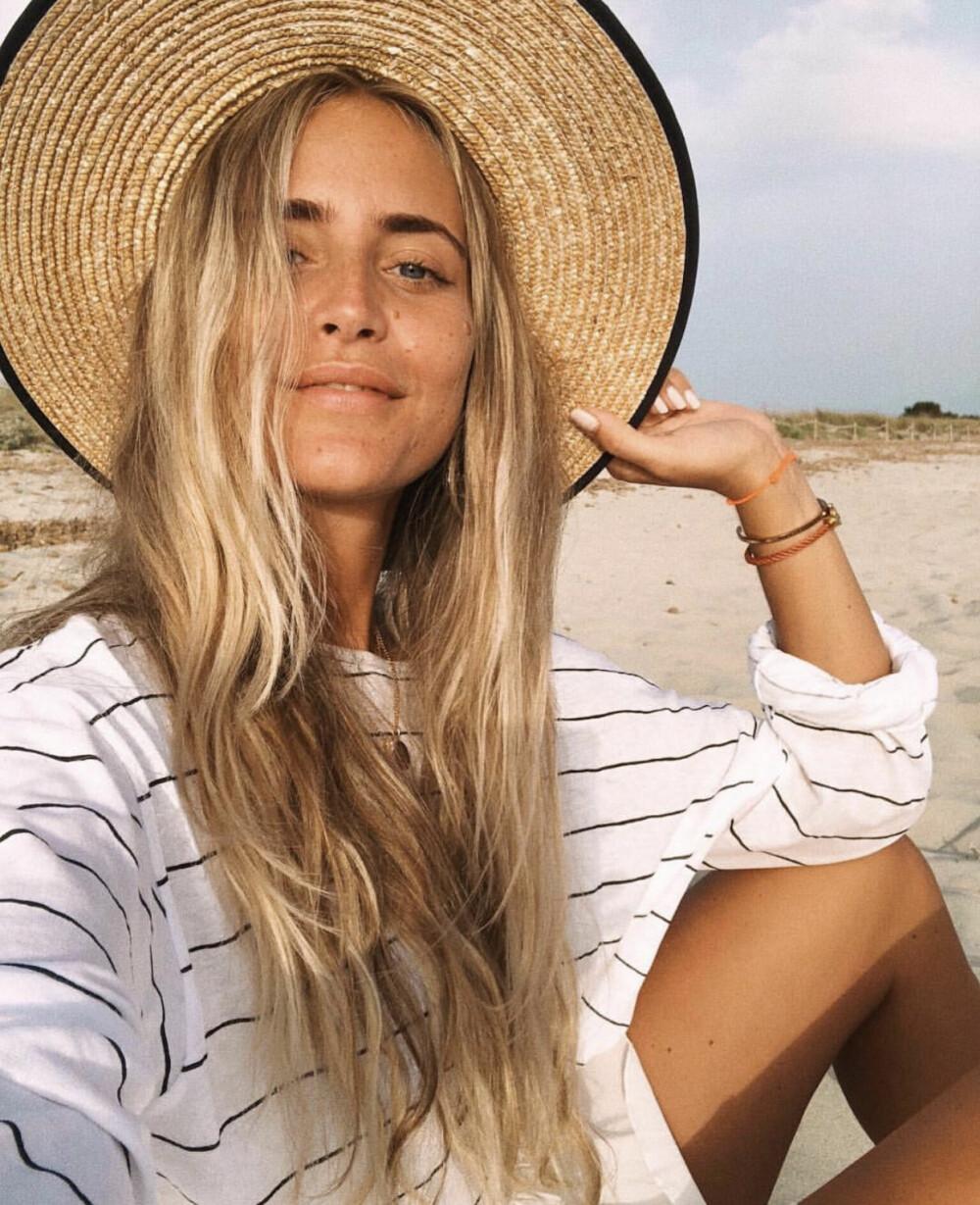 Jani Olsson Delér deler av sin hverdag. Her er hun med sommer, strand og stråhatt, skikkelig Ibiza-style.