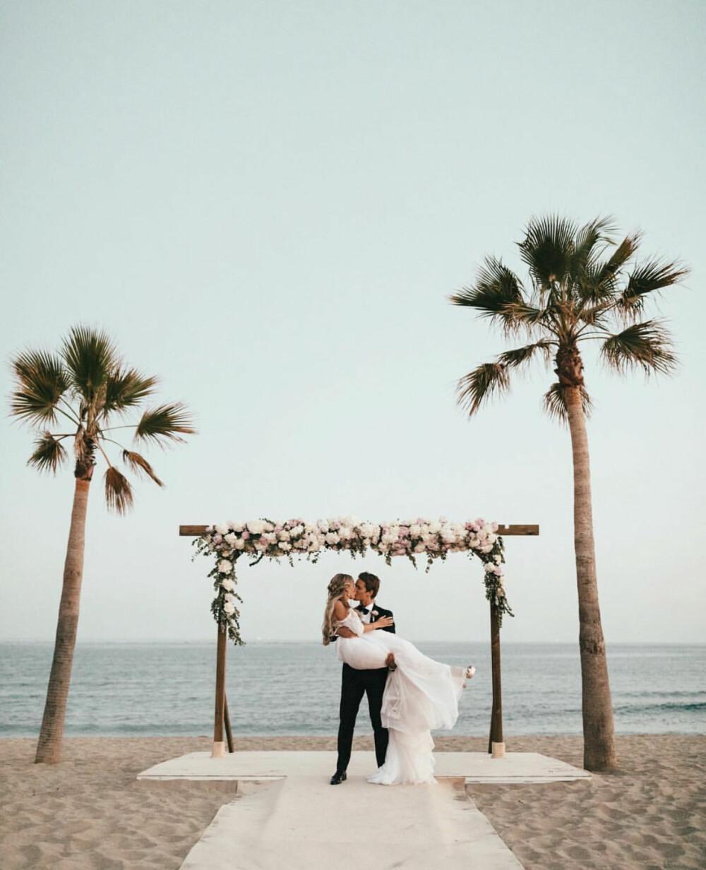 Janni og mannen sa ja til hverandre på en kritthvit strand i Marbella.