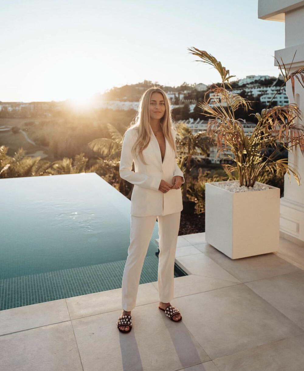 Hvit dress ved bassenget i Marbella.