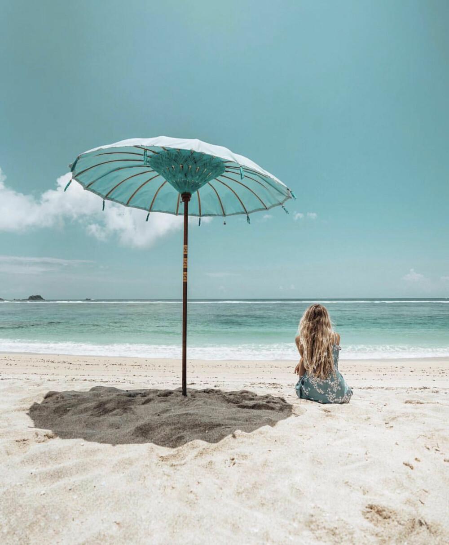 På en strand i Indonesia.