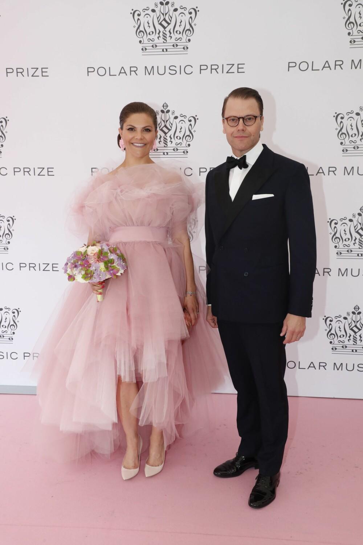 VAKKERT PAR: Kronprinsesse Victoria strålte sammen med ektemannen prins Daniel da paret ankom Grand Hotel i Stockholm for å delta på prisutdelingen.
