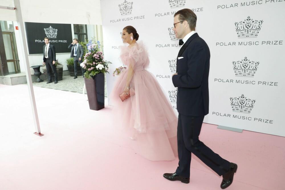 PÅ VEI INN: På den rosa løperen fikk Victoria vist frem den flotte kjolen både foran og bak.