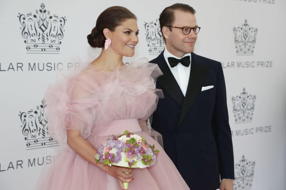 FULL MATCH: Victoria hadde valgt et par store øredobber som komplementerte fargen i den fantastiske kjolen.