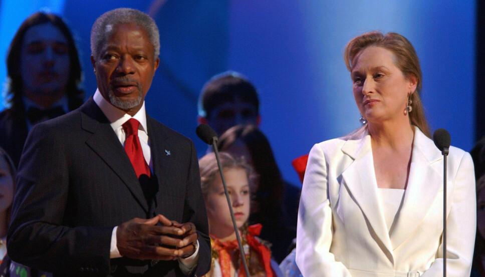 NOBELPRISKONSERTEN: Meryl Streep ledet Nobelpriskonserten i 2001. Her er hun sammen med årets fredsprisvinner, Kofi Annan, FNs generalsekretær.