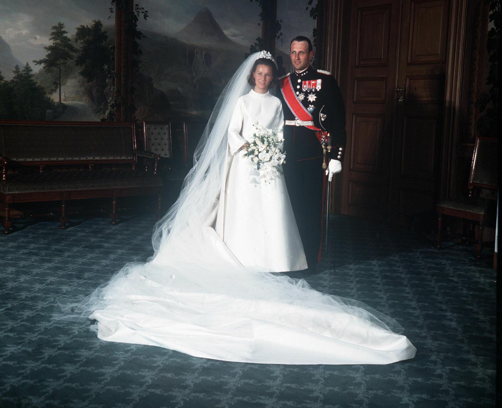 HISTORISK: Harald og Sonja ga hverandre sitt ja i august 1968, og Harald brøt dermed den kongelige tradisjonen da han giftet seg med en helt vanlig jente, og ikke en  kongelig. Her under den offisielle fotograferingen i fugleværelse på Slottet.