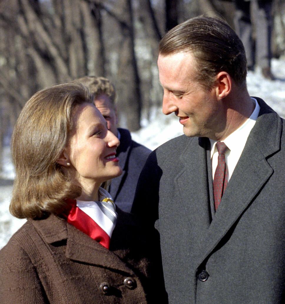 FORELSKET: I 1968 kunne daværende kronprins Harald endelig offentliggjøre at han hadde forlovet seg med Oslo-jenta Sonja Haraldsen som hadde vært kjæresten hans i ni år.