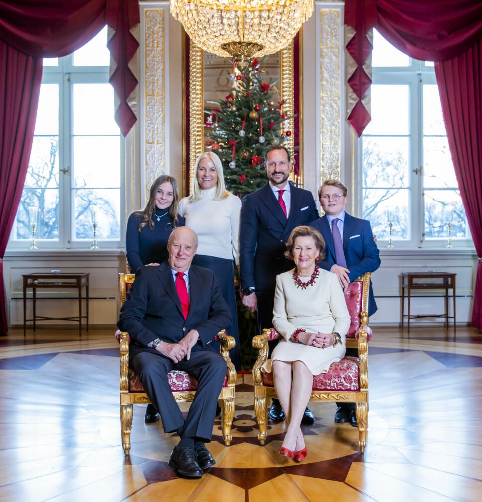 KONGEFAMILIEN: Her er kongeparet sammen med  kronprins Haakon, kronprinsesse  Mette-Marit og deres barn, prinsesse Ingrid Alexandra og prins Sverre Magnus i forbindelse med julefotograferingen på Slottet i fjor.