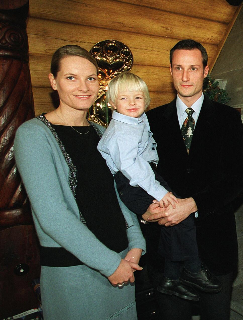 ALENEMOR: Mette-Marit hadde sønnen Marius fra før av, da hun forelsket seg i Norges kronprins. Lille Marius var et lite sjarmtroll, og ble raskt en del av den norske kongefamilien.