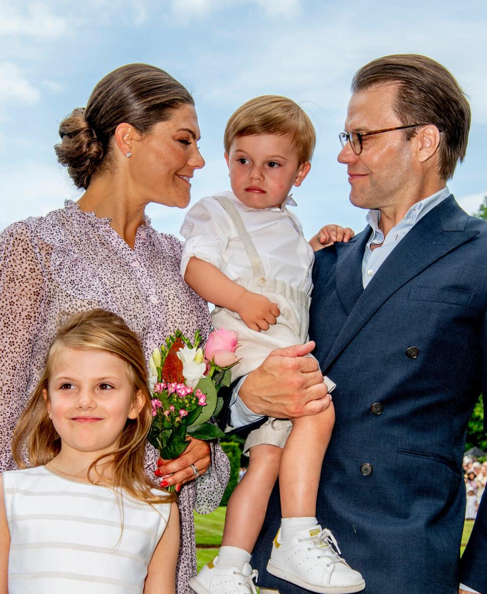 LYKKELIGE: Prins Daniel startet som prinsesse Victorias personlige trener. I dag er de lykkelig gift og har barna Estelle og Oscar sammen.