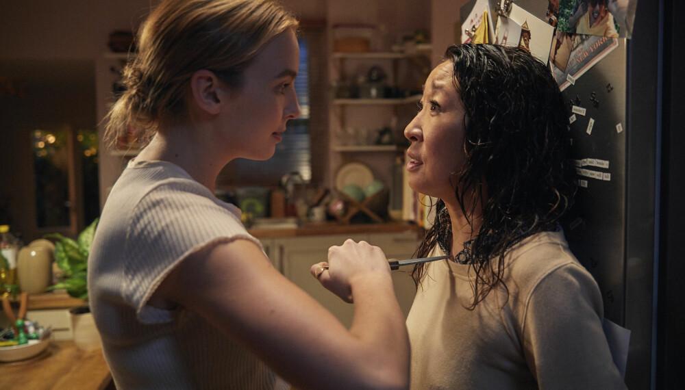 POPULÆR: Jodie Comer i rollen som Villanelle og Sandra Oh i rollen som Eve Polastri i spenningsserien «Killing Eve». Serien er svært populær, og langt fra tradisjonell.