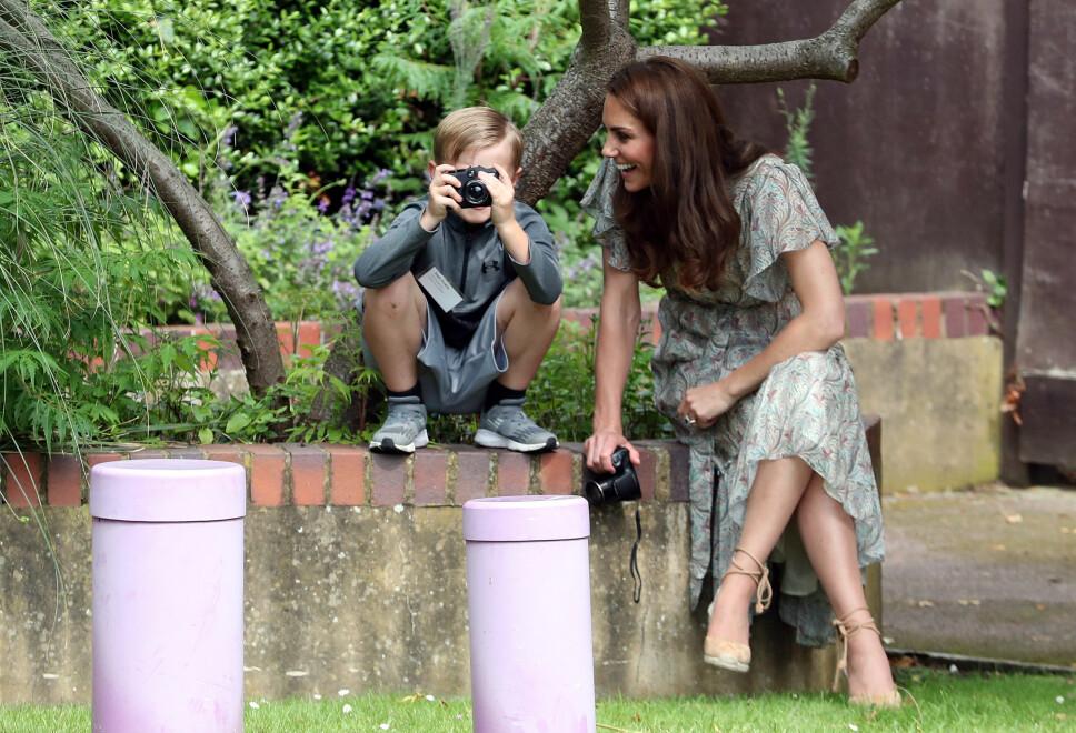 KOSTE SEG PÅ FOTOKURS: Hertuginne Kate gjestet besøkte nylig et fotokurs for barn, og skal vi tro bildene hadde hun det helt topp i selskap med de unge deltakerne.