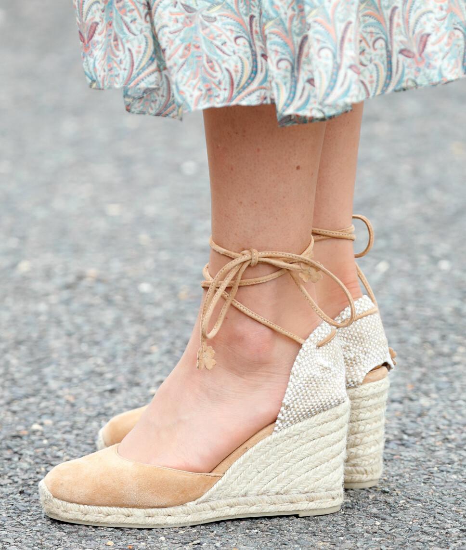 KILEHÆL: Hertuginne Kate har ved flere anledninger de siste månedene dukket opp i disse espadrillosene med kilehæl. Ifølge flere magasiner er skoene fra merket Castaner.