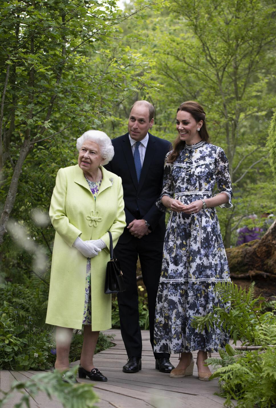 SOMMERLIG: Dronning Elizabeth, prins William og hertuginne Kate under RHS Chelsea Flower Show 2019. Kate er kledd i en blomstrete kjole fra Erdem og espadrillos med kilehæl.